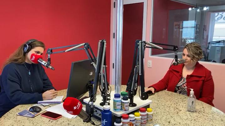 A fonoaudióloga Ana Paula e a apresentadora Carol Chab escutam pergunta de um ouvinte (Reprodução/ Facebook Rádio Mais)